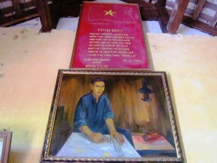 Bức chân dung liệt sĩ Nguyễn Hữu Tiến cùng những dòng nhắn nhủ trước khi bị địch bắn.