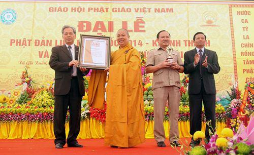 Lá cờ Phật giáo bằng hoa tươi lớn nhất châu Á