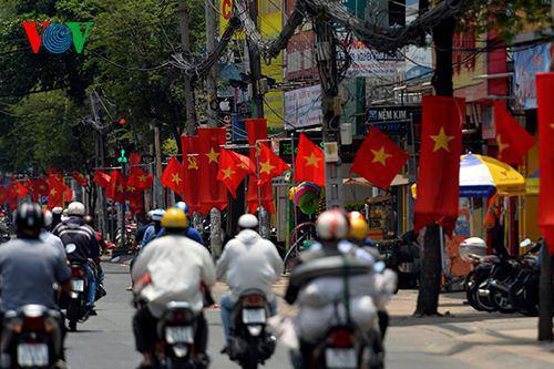 Trên mọi tuyến phố, người dân treo cờ để kỷ niệm ngày lễ lớn.