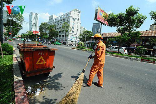 Để giữ gìn thành phố sạch đẹp, anh Nguyễn Ngọc Trân, Anh Trần Ngọc Trân, công nhân công ty dịch vụ công ích quận 1 cho hay, 100% nhân viên công ty làm 24 giờ trong suốt thời gian nghỉ lễ.