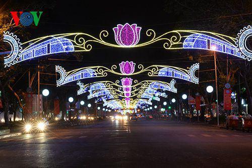 Khi thành phố lên đèn, tại các tuyến chính, đèn màu được bố trí bắt mắt.