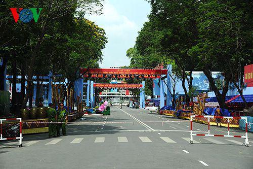 Các khán đài đoạn trước Dinh Thống Nhất đang được gấp rút hoàn thiện để phục vụ cho lễ diễu binh, diễu hành của các lực lượng vào buổi sáng ngày 30/4.