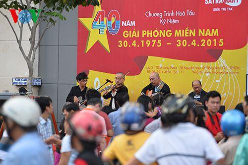 Một buổi hoà nhạc ngoài trời tại quảng trường đi bộ Nguyễn Huệ.